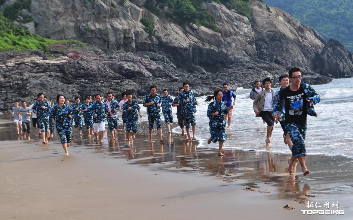 闻着清晨的海风,我们在细软的沙滩上列队奔跑