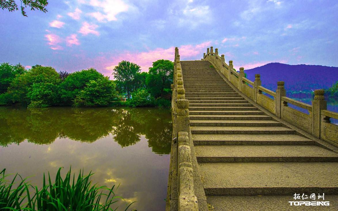 古桥映照在水中