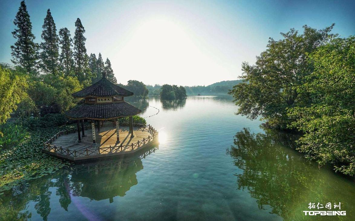 静美的湖面,如镜般亮洁
