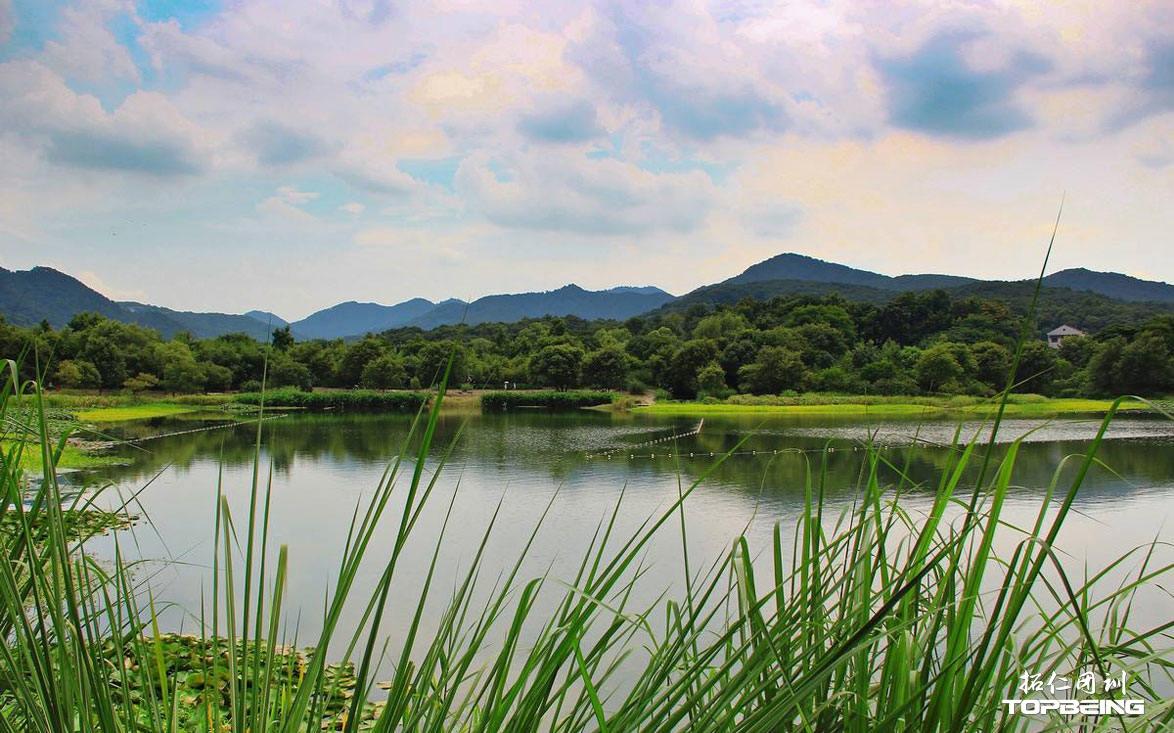 清澈的湖水,天光云影共徘徊