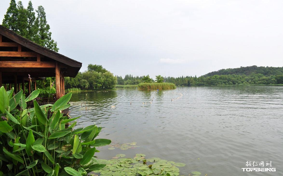 西湖之水环抱下的亭廊